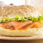 Bagel de salmão com alface americana